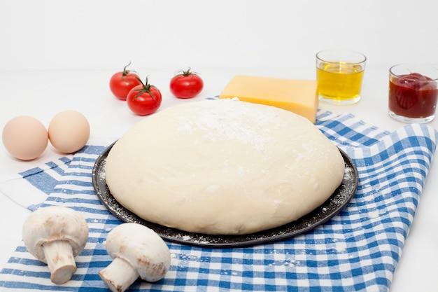 白いテーブルの生地、青いキッチンナプキン、オリーブオイル、塩とコショウ、サワークリーム