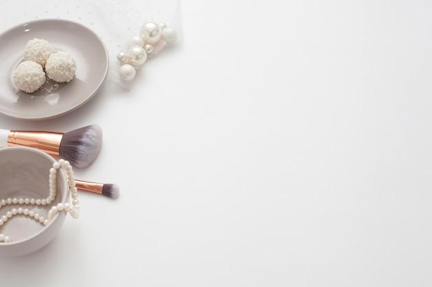 Украшения для невесты, сладости и чашка кофе, на белом фоне. концепция свадьбы, подготовка и утро невесты.