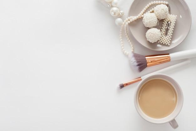 花嫁、お菓子、コーヒー、白い背景の上のジュエリー。コンセプトの結婚式、準備、花嫁の朝。