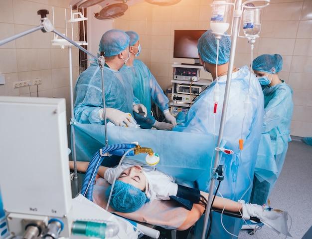 Процесс операции гинекологической хирургии с использованием лапароскопического оборудования.