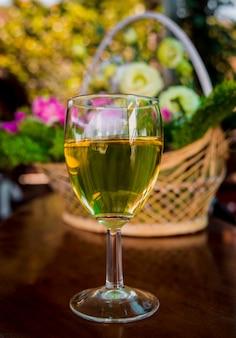 テーブルの上のグラスにワイン。バックグラウンド。