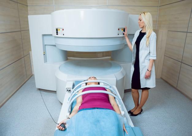 Медицинское оборудование. врач и пациент в кабинете мрт