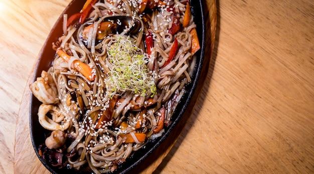 ムール貝とエビの木製のテーブルの中華麺。