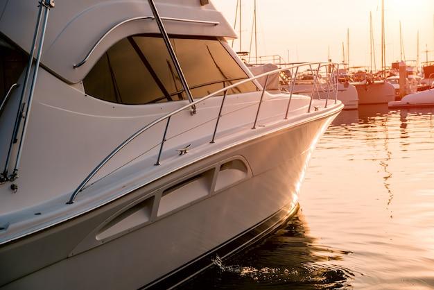 ヨットの詳細と港の眺め。マリーナベイの美しい夕焼け空。