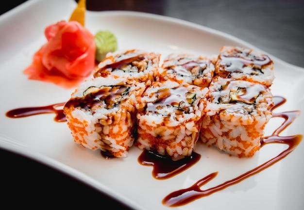 Суши на белой тарелке. рулоны. ресторан
