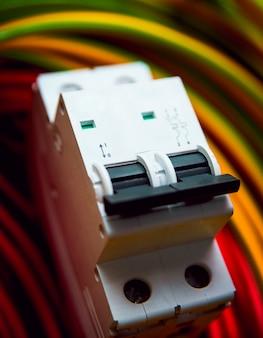 電気設備。ワイヤーと絶縁。