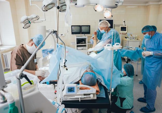 Процесс травматологической операции. группа хирургов в операционной с хирургическим оборудованием.
