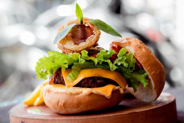 食欲をそそるハンバーガーとチーズと野菜。バーベキュー。
