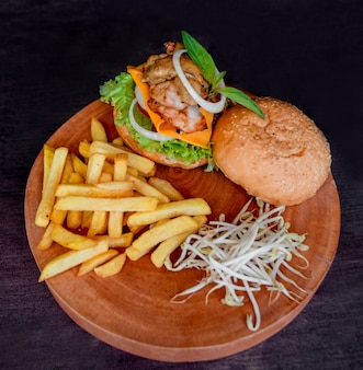 食欲をそそるハンバーガーとチーズと野菜。バーベキュー。飲食店。