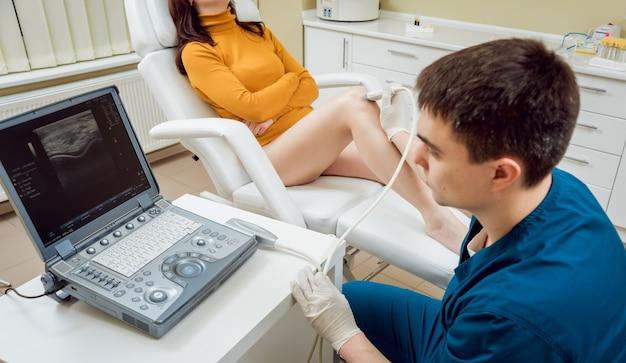 彼のオフィスで整形外科医の患者。