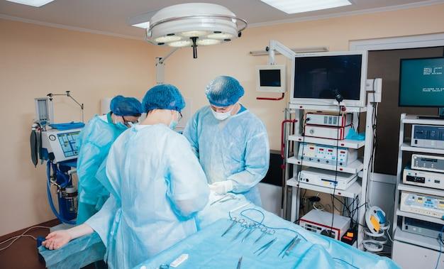 手術器具と手術室で外科医のグループ。