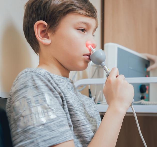 少年の鼻の治療とウォーミングアップ。現代の小児科。