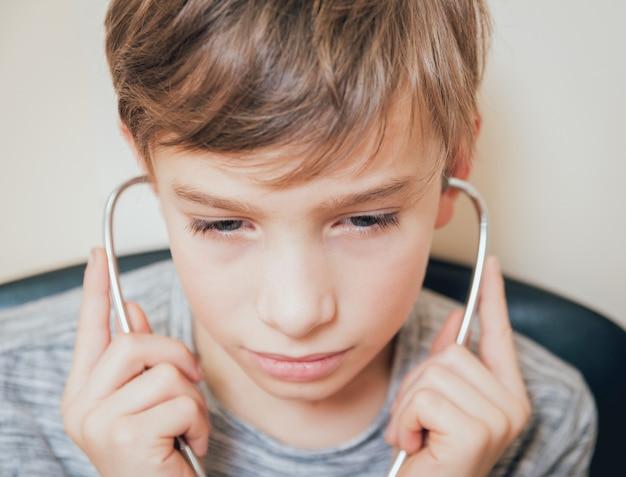 少年の耳の治療とウォーミングアップ。現代の小児科。