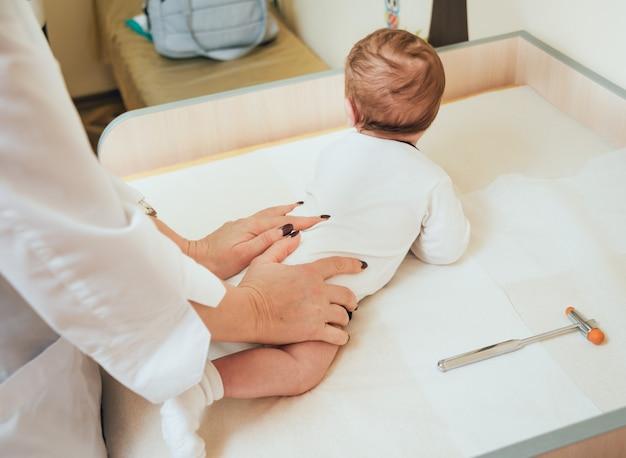 Невролог диагностирует маленького мальчика. педиатрическое обследование