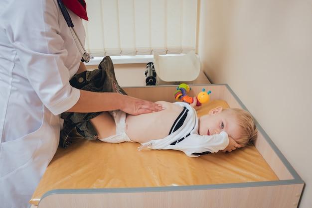 Невролог диагностирует маленького мальчика. педиатрический