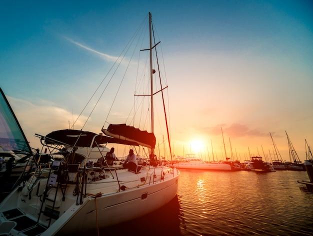 Прекрасный вид на пристань для яхт и гавань с яхтами и катерами. закат на берегу океана.