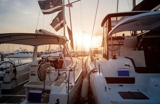 Прекрасный вид на пристань для яхт и гавань с яхтами и катерами.