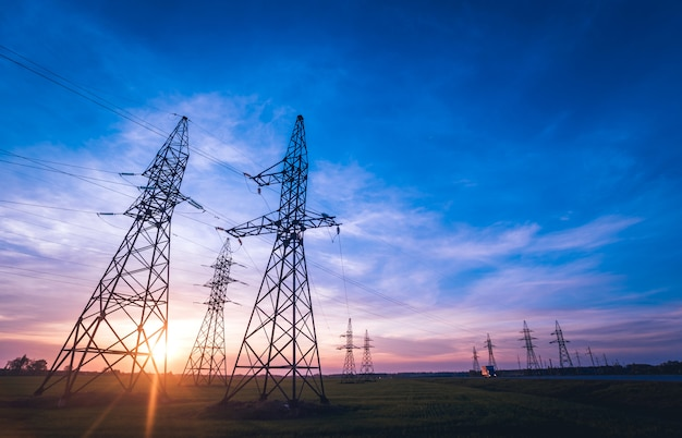 日没時の高圧送電線。配電ステーション。