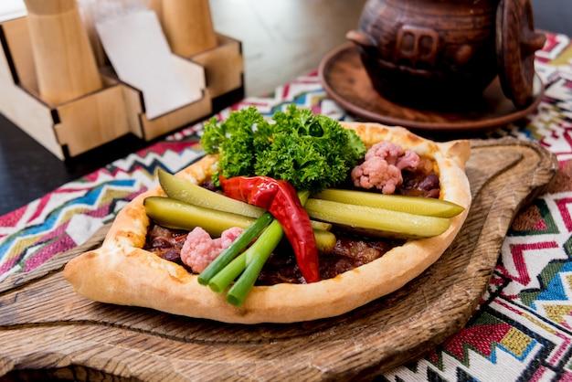 ハチャプリとチーズ、野菜、卵。グルジアの郷土料理。