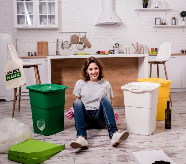 Молодая девушка сортирует мусор на кухне. концепция утилизации. ноль отходов
