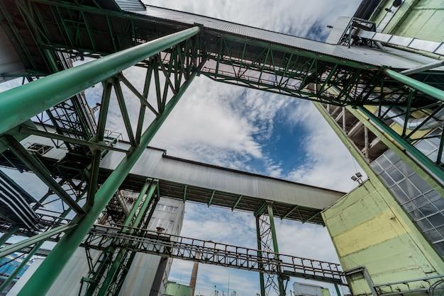 石油精製所の機器とパイプライン。産業の背景
