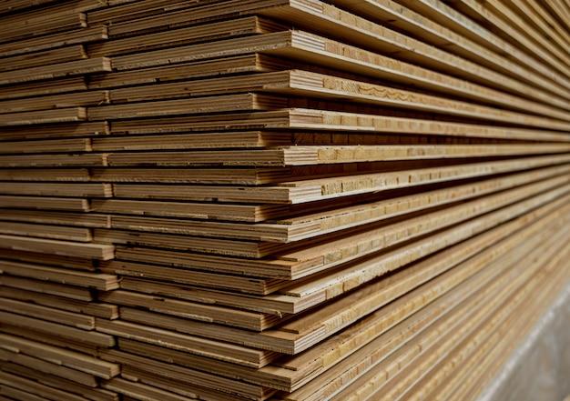 Стек из натуральной грубой деревянной доски.