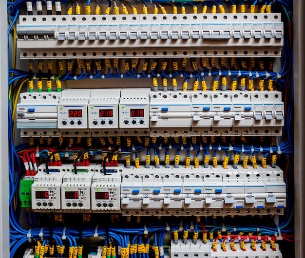回路ブレーカー付きの電圧配電盤。電気的背景。