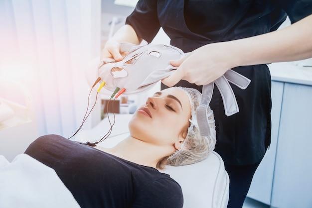 化粧品医学。メソセラピー医療機器。明るい背景。
