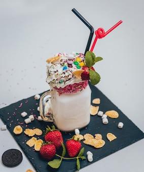 ホイップクリームと新鮮なイチゴといちごのミルクセーキのガラス