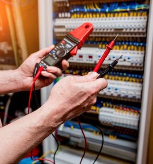 マルチメーターテスターによる電気測定