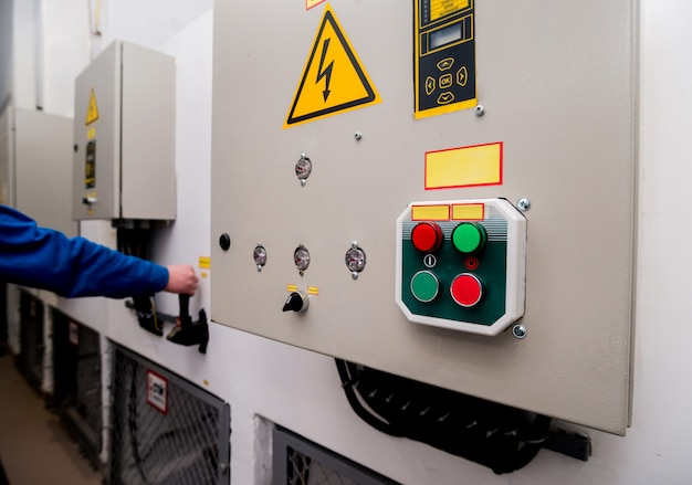 水力発電所のパネル制御。