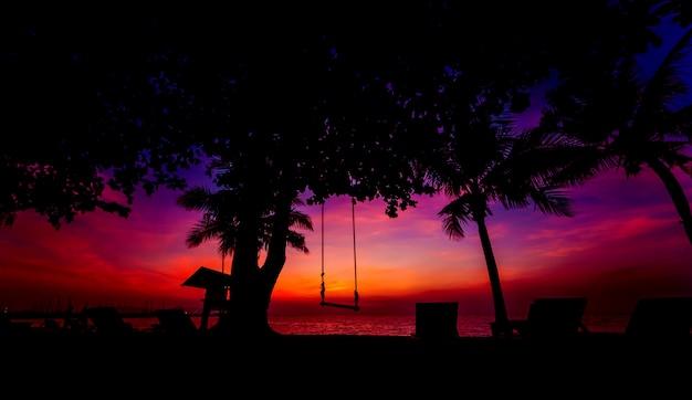 Красивый тропический пляж с пальмами. рассветы и закаты. океан.