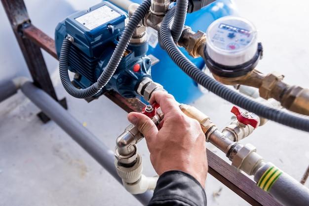 技術者が水道システムノードをチェックしています。