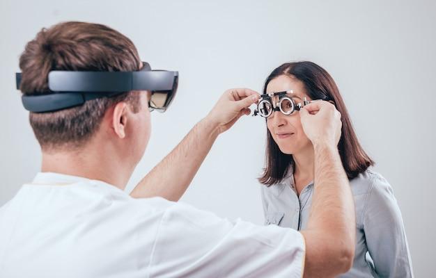 医師は眼科で拡張現実眼鏡を使用しています。