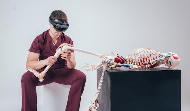 医師は拡張現実ゴーグルを使用して人間の骨格を検査します