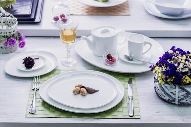 Красиво украшенный столик в ресторане. светлый фон