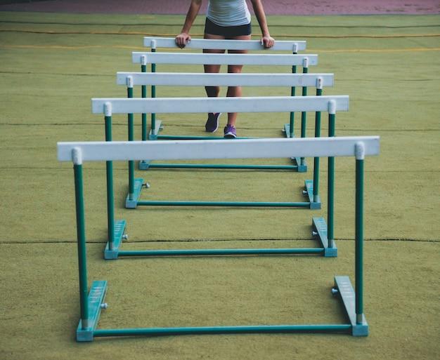 Спортсменка в положении, готовом к запуску