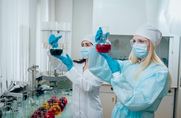 Научный техник за работой в лаборатории