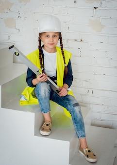 Маленькая девочка на белом пейзаже. строительство