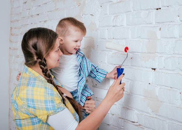 Счастливая семья в новом доме. строительство и ремонт