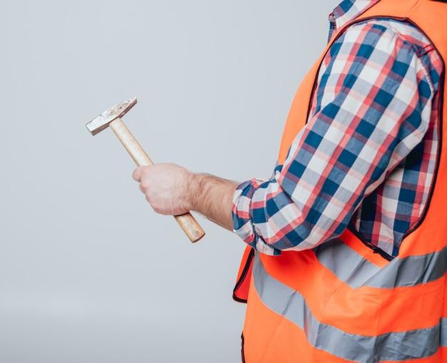 家の改修のためのツールを保持している手。概念