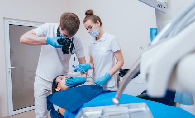 Мужской стоматолог и пациент в стоматологическом кабинете