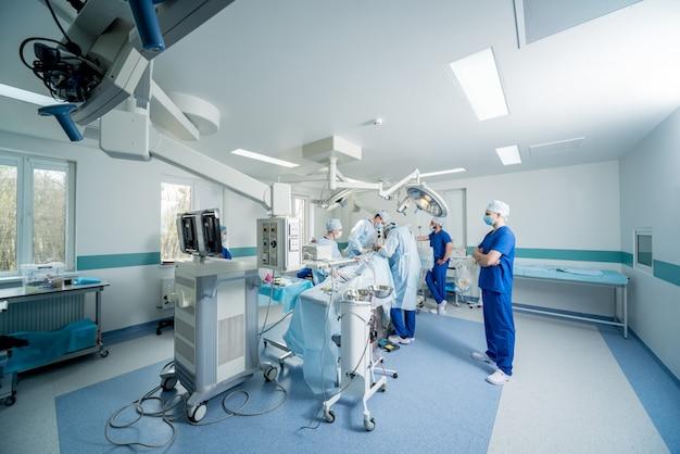 脊椎手術。手術器具と手術室で外科医のグループ。
