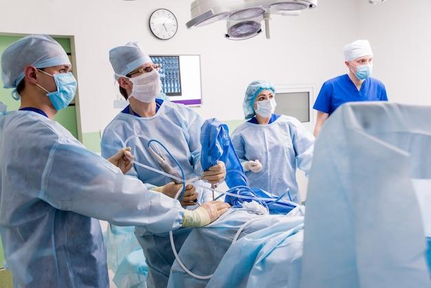 関節鏡手術。手術室でチームワークを行う整形外科医