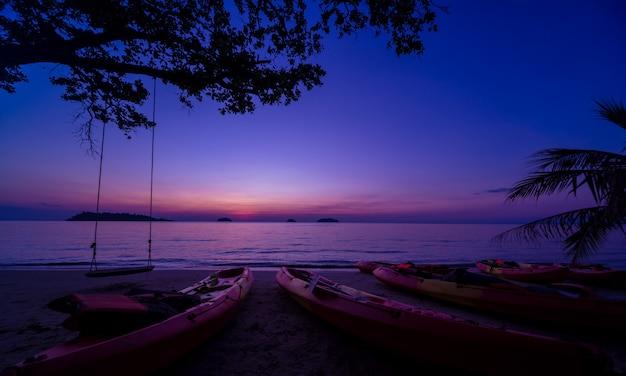 熱帯地方のビーチで美しい夕日。空と海