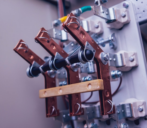 電気ボックス内のワイヤーとスイッチ。ヒューズと接触器を備えた電気パネル