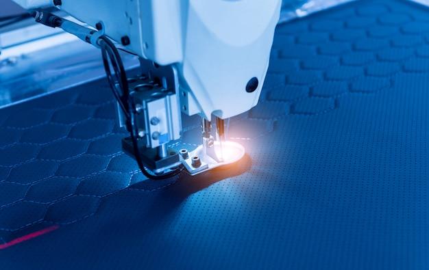 Линия по производству ткани. текстильная фабрика. рабочий процесс пошива