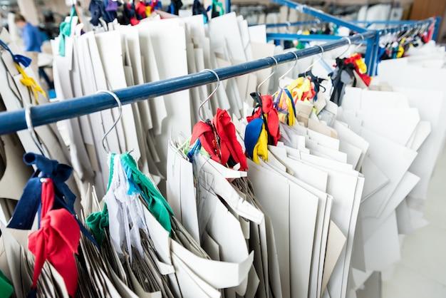 Выкройка одежды. линия по производству ткани. текстильная фабрика.