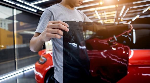 Нанесение тонирующей пленки на стекло автомобиля в автосервисе