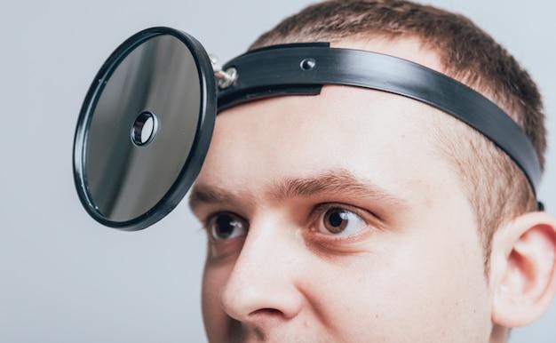 医師の頭にある医療用正面反射板